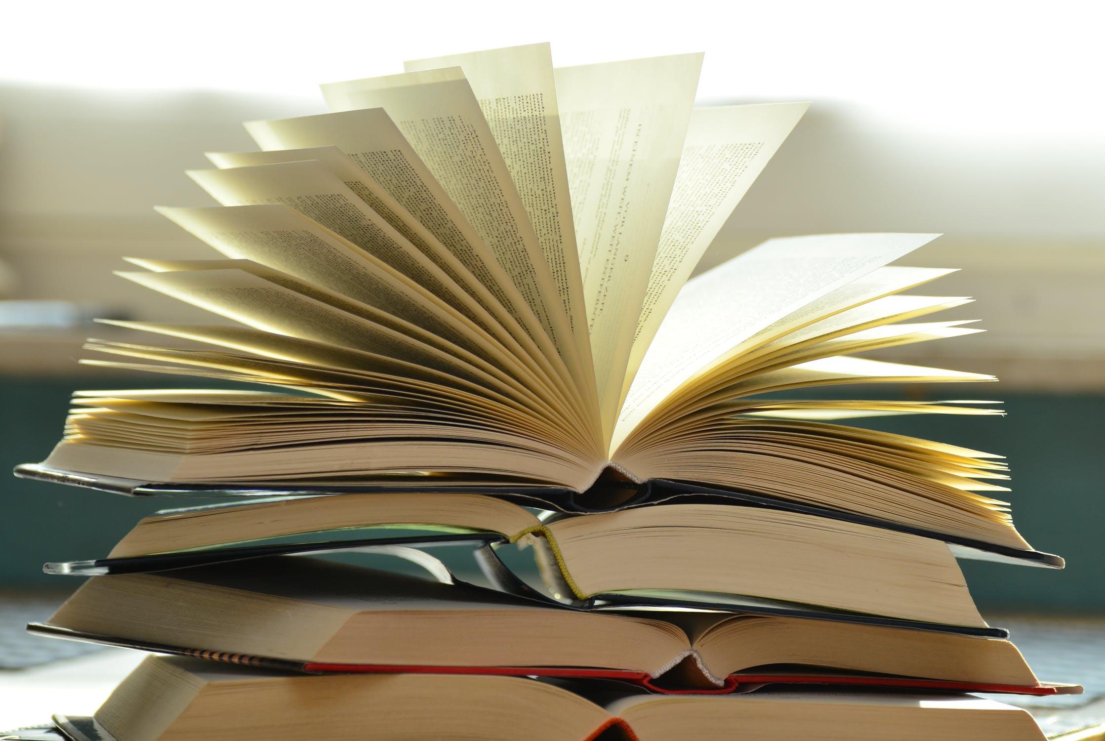 Geöffnete Bücher aufeinander