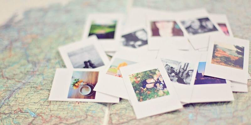 mapa mundi e fotos de amigos e viagens