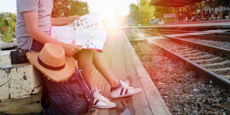 pessoa com mapa e objetos de viagem
